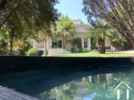 Exceptional property with park garden close to city center